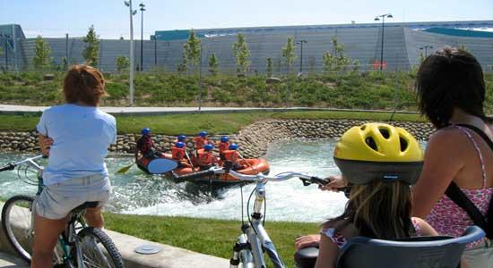 Rafting en el canal de aguas bravas del parque del agua